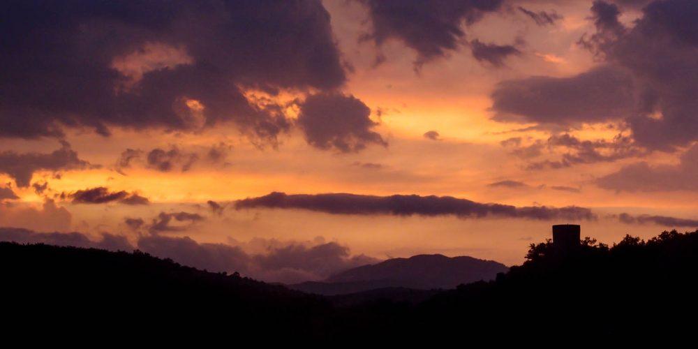 180 Balazuc Ardèche gîte charme vue panoramique jacuzzi falaises tour reine jeanne ciel couchant