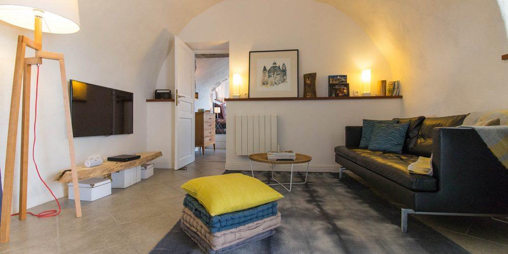 180 Balazuc Ardèche gîte charme vue panoramique jacuzzi living salon confort détente