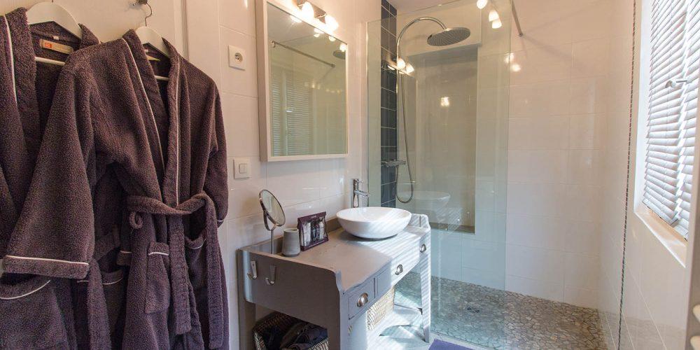180 Balazuc Ardèche gîte charme vue panoramique jacuzzi salle de bain douche italienne