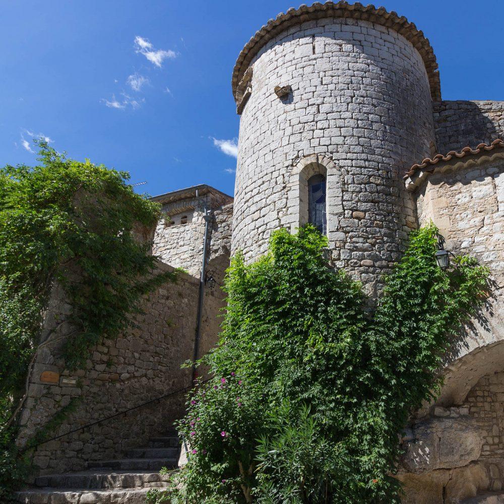 180 Balazuc Ardèche gîte charme vue panoramique jacuzzi plus beaux villages de France village de caractère église romane